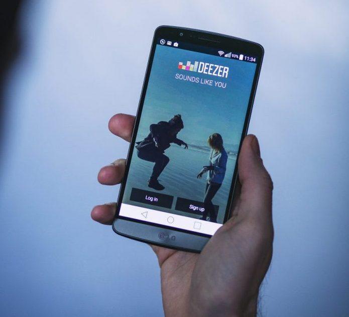 app-deezer-hand